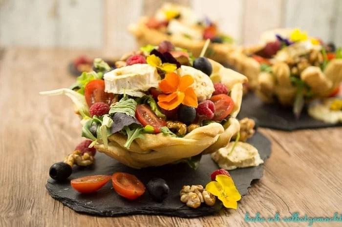 Salat im Pizzabrotkörbchen