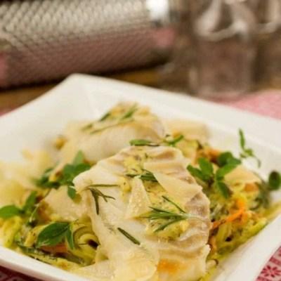 Zucchini Möhren Nudeln mit Kabeljau und Senf-Dill-Sauce