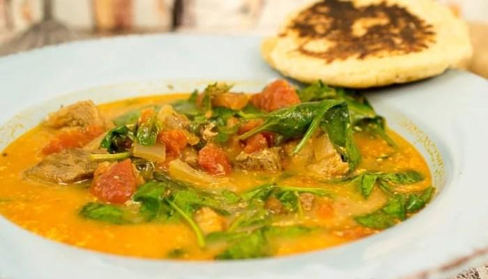 Indisches Gulasch mit frischem Spinat und Naan