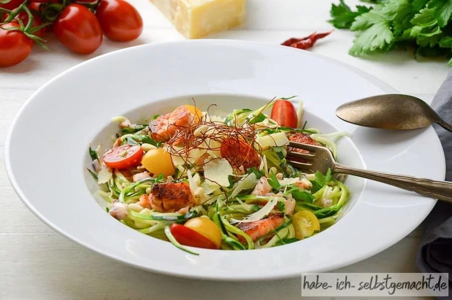 Low Carb Zucchini Spaghetti mit Lachs