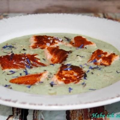 Brokkolisuppe mit Parmesan und Knusperlachs – Low Carb