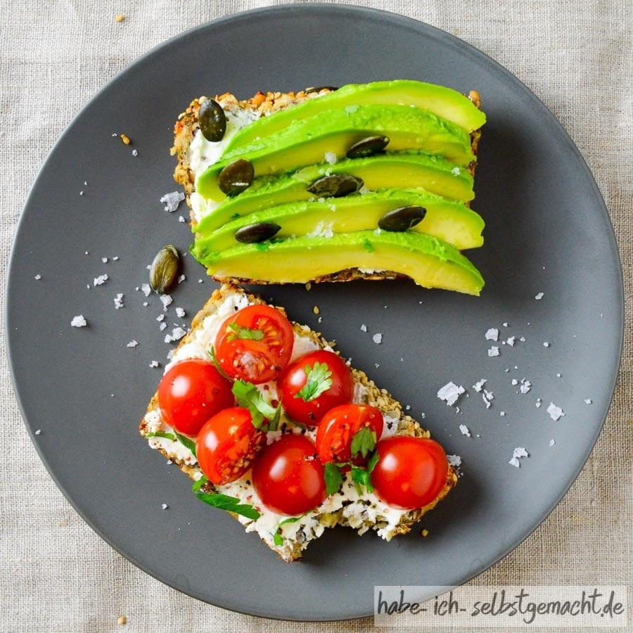 Low-Carb Brot mit Frischkäse, Tomaten und Avocado