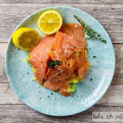 Leichter Lachssalat mit zitronigem Honig-Senf Dressing