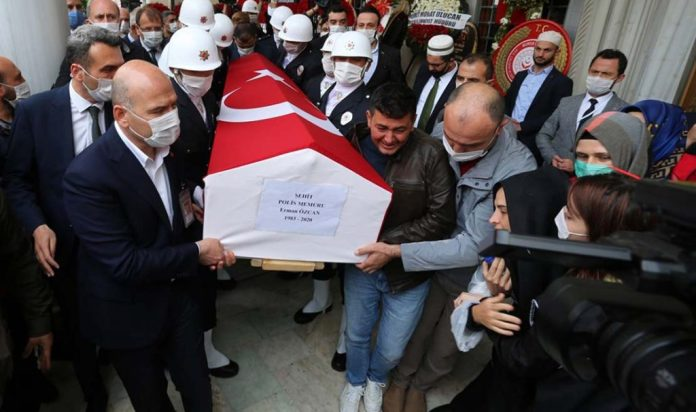 Bakan Soylu, şehit polisin tabutuna omuz verdi