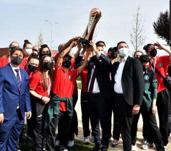 Şampiyon periler kupayı hastanede yatan Aktaş'a götürdü