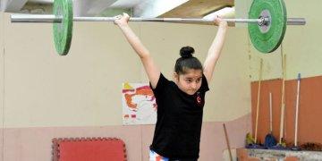 Genç rekortmen Ayşe'nin hedefi olimpiyatlar