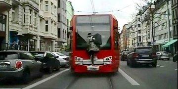 Almanya'da tehlikeli tramvay yolculuğu