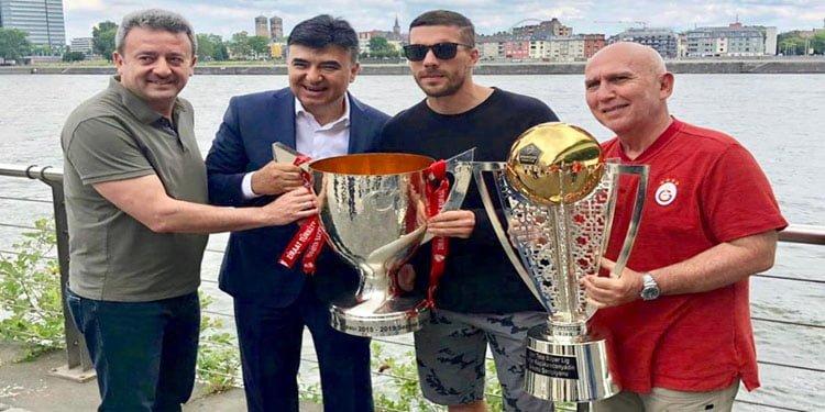 Podolski, Galatasaray'ın şampiyonluk kupalarıyla poz verdi