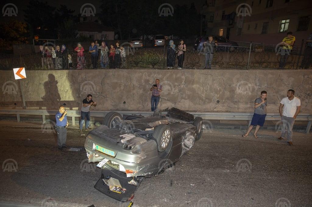 Gurbetçi ailenin otomobili bariyere çarparak devrildi