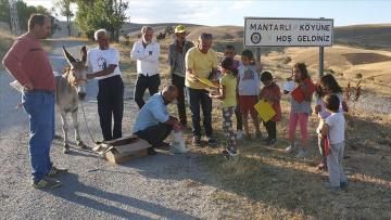 Gurbetçi vatandaş köy köy kitap dağıttı