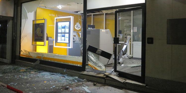 Banka ATM'sini havaya uçurarak soydular