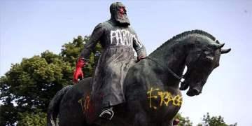 Kral Leopold'un heykeli tahrip edildi