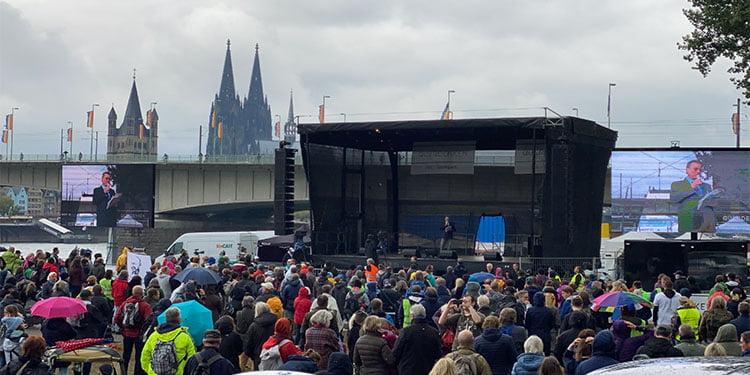 Binlerce kişi korona protestosuna katıldı