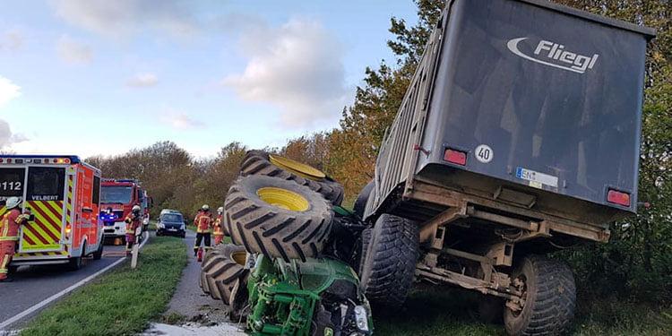 Otomobil ile traktör kafa kafaya çarpıştı