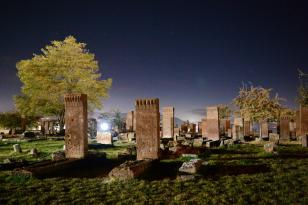 Ahlat Selçuklu Meydan Mezarlığı gece görüntüsüyle büyülüyor
