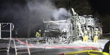 Arabalı tır otoyolda yandı