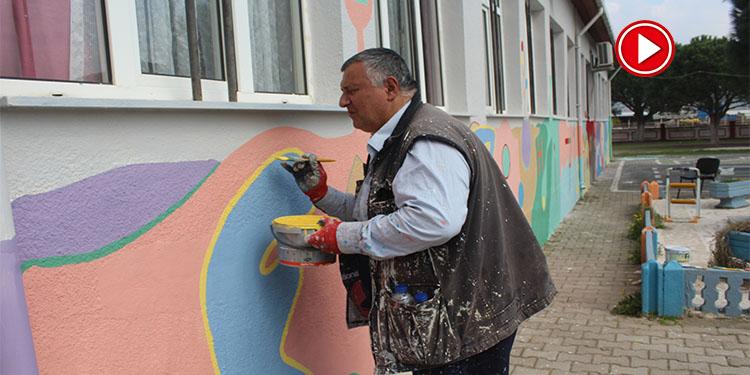 Görme engelli Tuncel Alman eşi ile okul duvarlarını renklendiriyor (VİDEO)