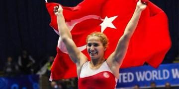 Milli güreşçiler Tosun ve Öztürk'ten bir gümüş bir de bronz madalya