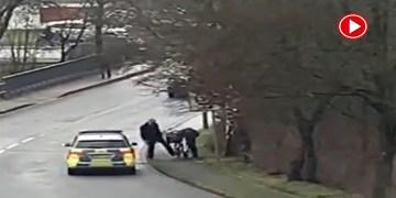 Alman polisi evsiz kadını tekmelerken görüntülendi (VİDEO)