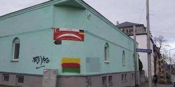 Terör örgütü yandaşları caminin duvarına PKK renklerini boyadı