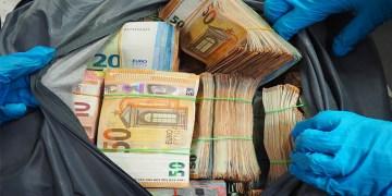 Havaalanında 1,7 milyon euro ele geçirildi