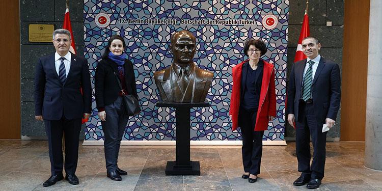 BioNTech'in kurucu ortakları Prof. Dr. Şahin ve eşi, Berlin Büyükelçisi Aydın'ı ziyaret etti