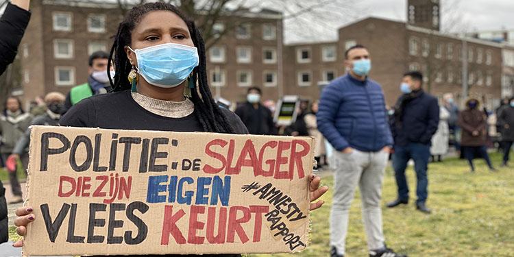 """Hollanda'da polisin """"bir Türk daha azaldı"""" söylemi protesto edildi"""