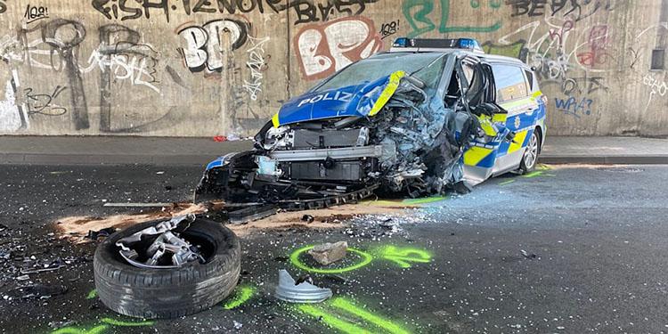 Polis aracı köprü ayağına çarptı: 2 ağır yaralı