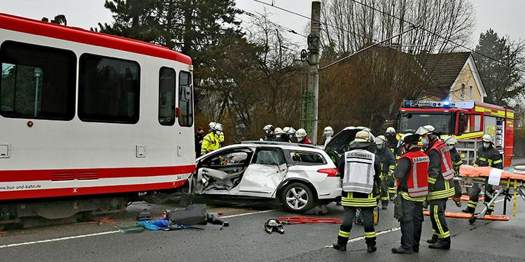 U dönüşü yaparken tramvay çarptı