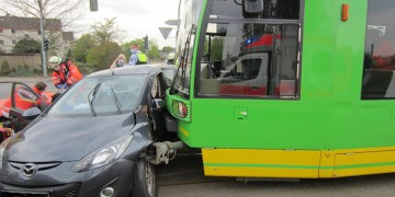 Tramvay otomobile bindirdi