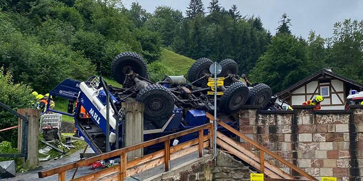 Tır köprüde ters döndü