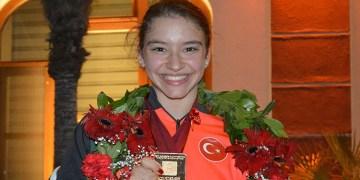 """Dünya şampiyonu milli cimnastikçi Ayşe Begüm Onbaşı'ya """"ayın sporcusu"""" ödülü"""