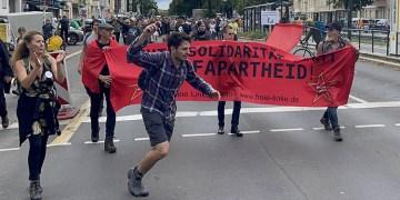 Almanya'da hükümetin Kovid-19 salgınıyla mücadele politikası protesto edildi