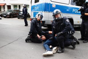 Almanya'da Kovid-19 önlemlerine karşı dün düzenlenen gösteride 600 kişi gözaltına alındı