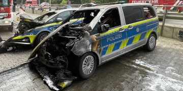 Biri polis araçlarını kundaklıyor