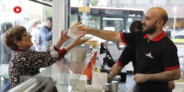 Almanya'da Türk iş adamı Kovid-19 aşısı olanlara bedava döner dağıttı (VİDEO)
