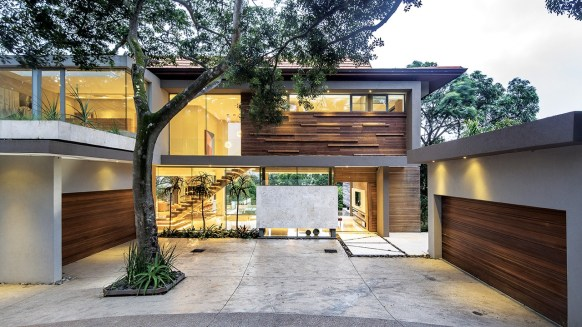 This house clearly illustrates how contemporary architecture can coexist with indigenous vegetation