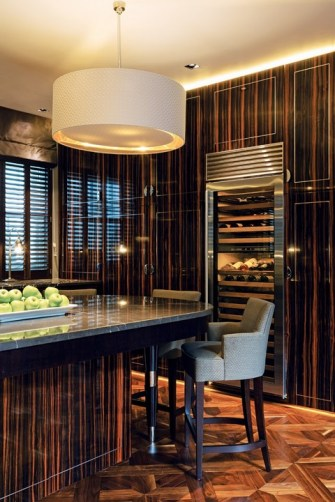 The client's request for a luxurious high-end kitchen with plenty of space could double as a bar in a five-star hotel. Different lighting scenes effectively create the right ambience for each part of the day.