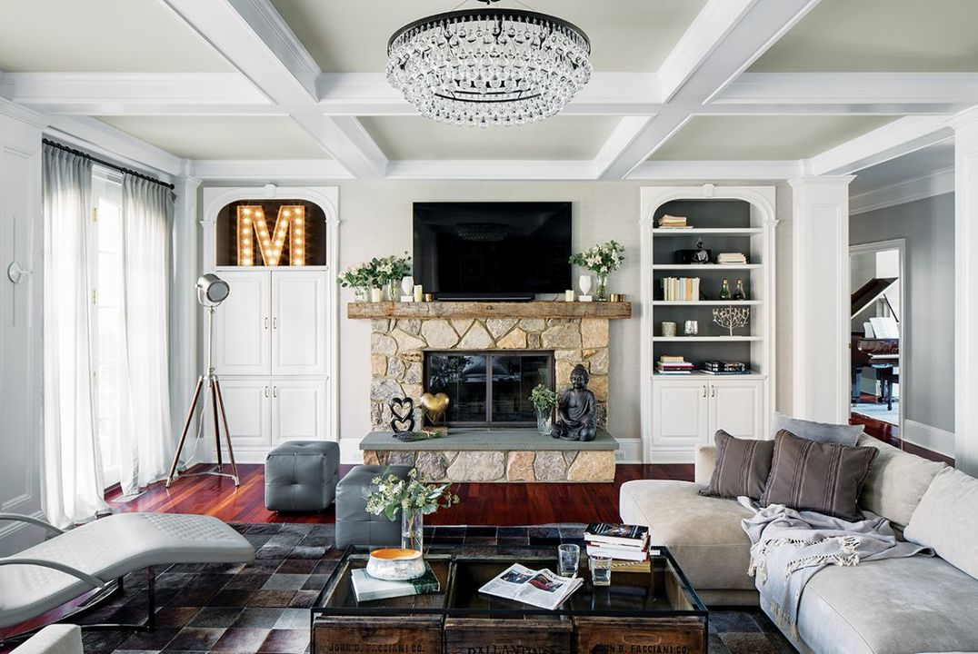 Fun accessories include the letter M (for the family surname) and a movie-style standing light as a subtle nod to a family of film fanatics.