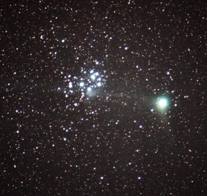 Enero 2005: El cometa Machholz parece extender su cola de iones por entre las Pléyades.