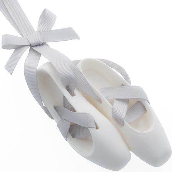 Hacer ambientador casero con forma de zapatillas.