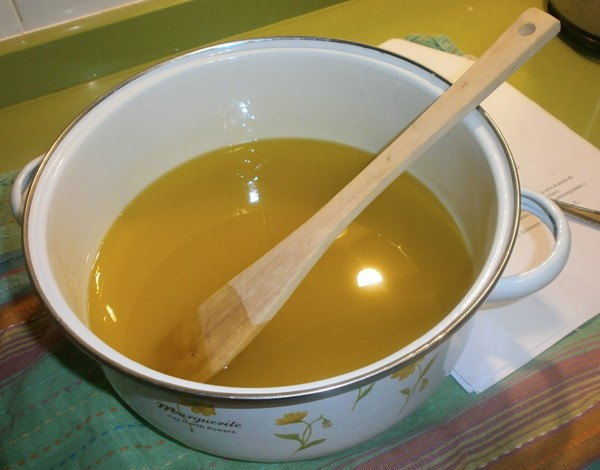 Remover la mezcla para hacer jabon