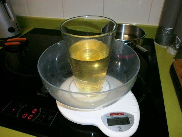 Pesar el aceite de Oliva para hacer jabon.