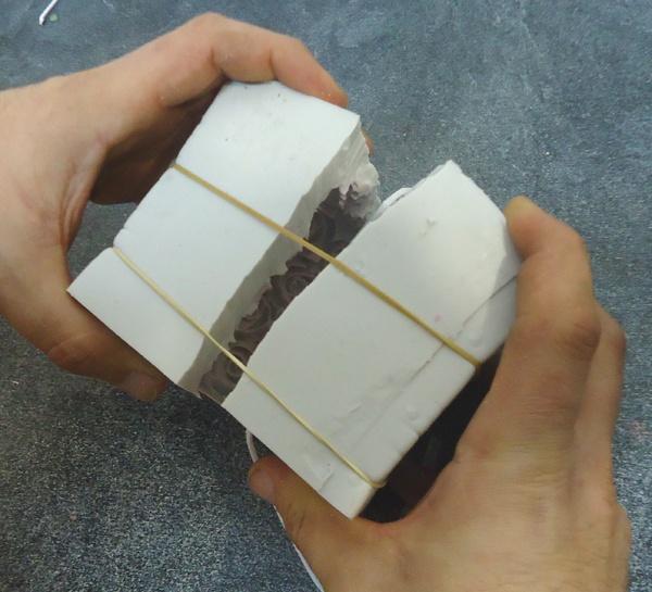 Molde de silicona para hacer velas completamente rajado.