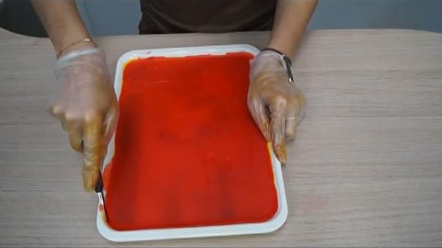 Cortamos los bordes de la parafina con un cútter