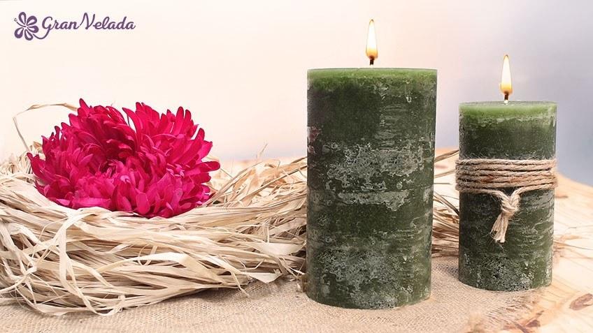 imagen de dos velas caseras de color verde