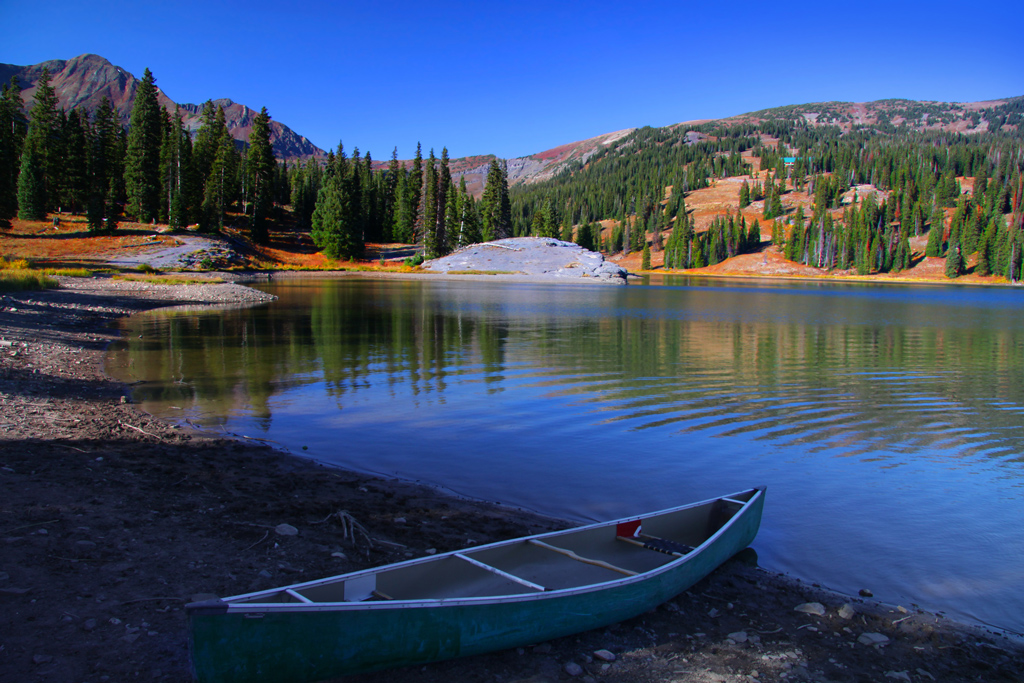 Scenic landscape of lake irwin with a boat.