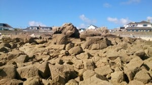 Een topstek, vanaf de waterzijde bezien bij laag water. Bij hoog water staat er circa 1m water op de stenen.