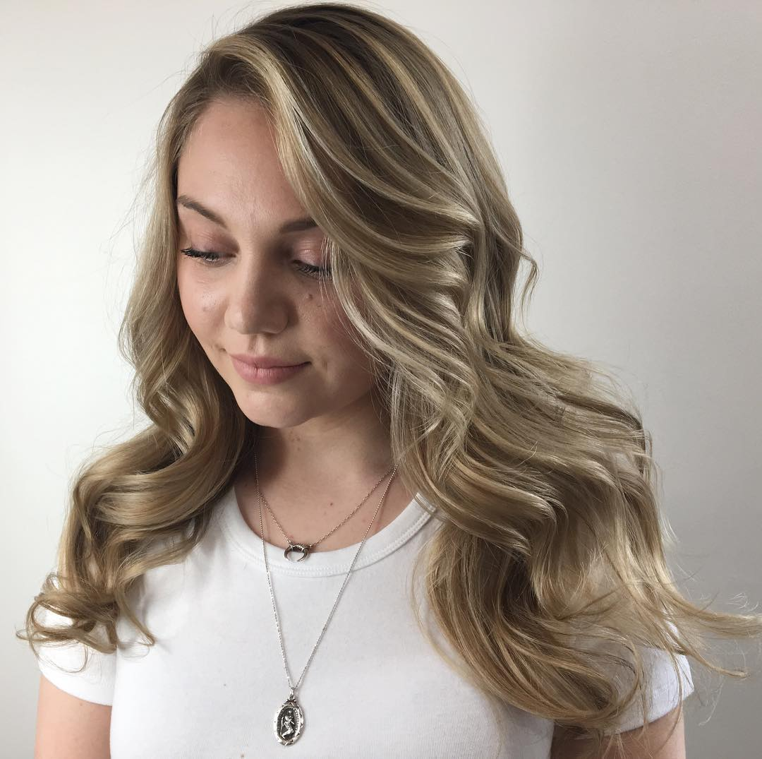 Long Wavy Hairstyle for Round Faces