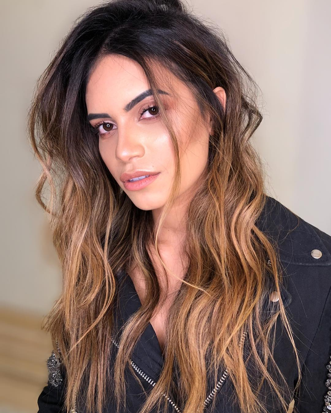Messy Hairstyle with Caramel Highlights